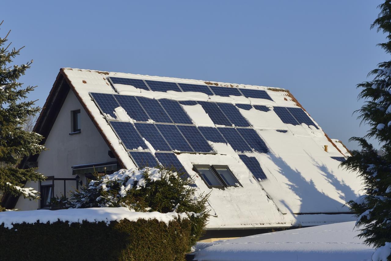 Heizung_News_Solaranlage_vom_Schnee_befreien_Fotolia_141626419_Karin_Ja-hne